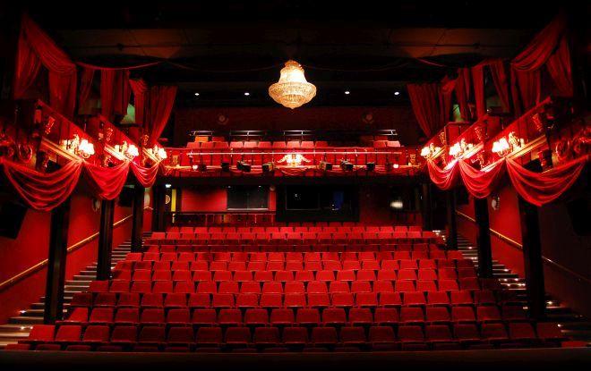 Hai la teatru pentru o Terapie n trei! Spectacolul incepe pe 17 mai 2018 ora 20 00 in The Hub numai prin Teatrul Rosu! Pretul biletului este de doar 25 lei in loc de 50 lei! Valabil pentru 2 persoane!